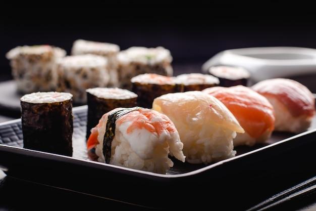 Sushi set sashimi und sushi-rollen serviert