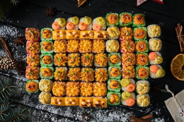 Sushi-set und sushi-rolle auf holzbrett.