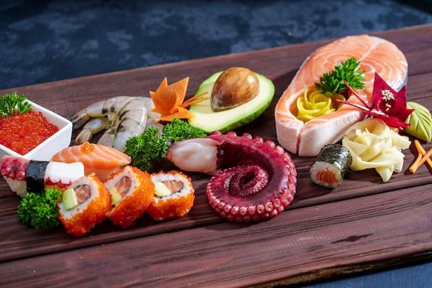Sushi-set. verschiedene sashimi, sushi und brötchen mit tintenfisch