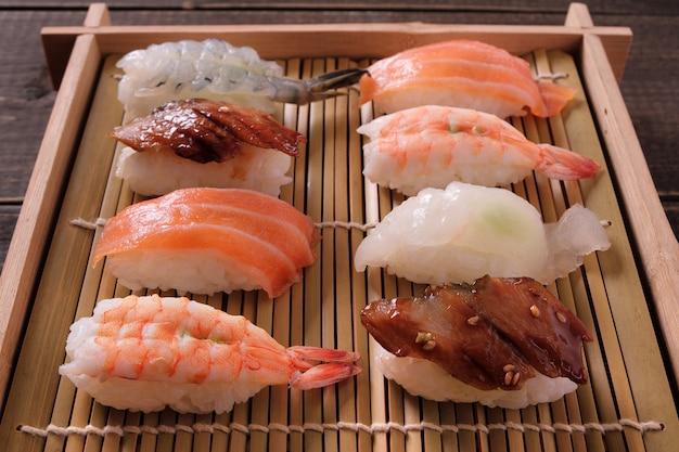 Sushi sortierte hölzerne kastenbehälter zum mitnehmen