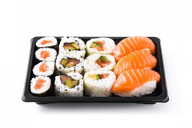Sushi-sortiment auf schwarzem tablett, isoliert auf weiss