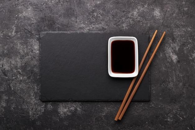 Sushi-stäbchen und sojasauce