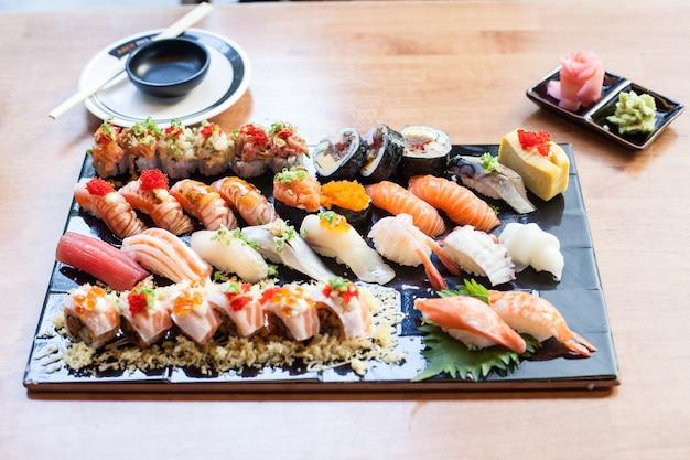 Sushi stellten auf das japanische lebensmittel des schwarzblechs im restaurant ein