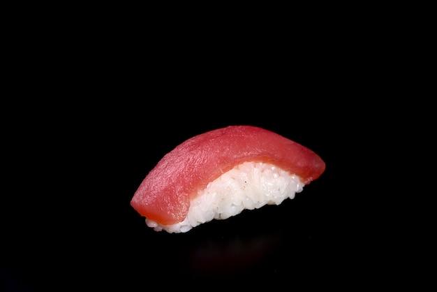 Sushi thunfisch nigiri auf schwarz