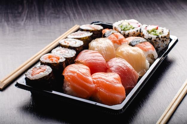 Sushi to go konzept. imbissbox mit sushi