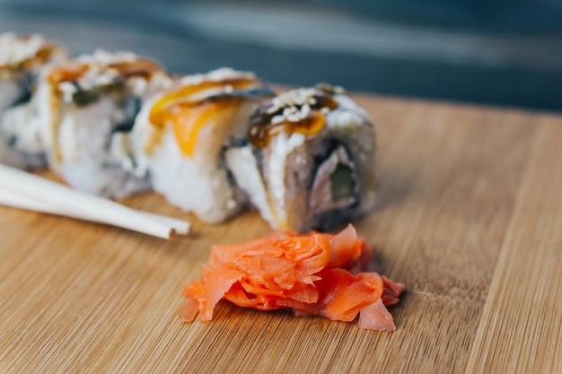 Sushi und brötchen auf dem tisch, lieferung nach hause