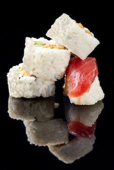 Sushi und nigiri mit lachs