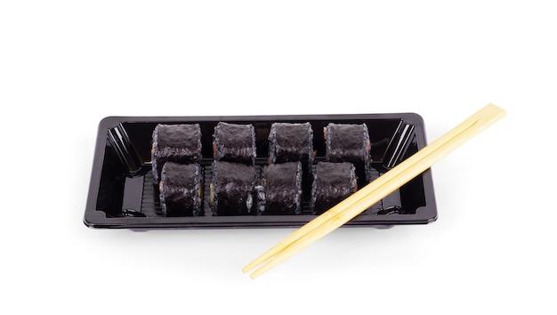 Sushi zum mitnehmen in einem plastikbehälter mit stäbchen auf weißem hintergrund