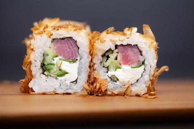 Sushirolle mit lachs, käse und gurke