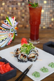 Sushirollen mit thunfisch und gurke, mit schwarzem tobiko überzogen