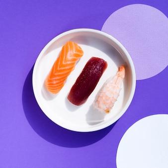 Sushischüssel in einem blauen und weißen hintergrund