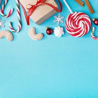 Süße Weihnachtsanordnung auf Blau