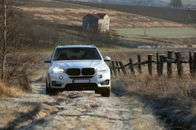 Suv-auto am sonnigen tag-kopierraum der trail road