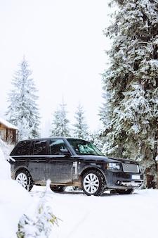 Suv-auto im verschneiten waldkopierraum