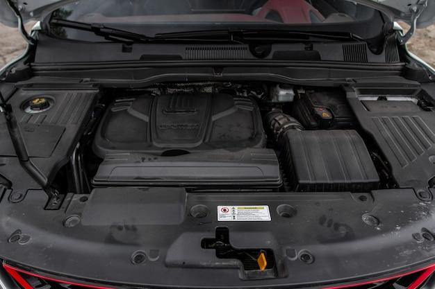 Suv-auto mit offener haube. auto motor. automotor und teile unter der motorhaube