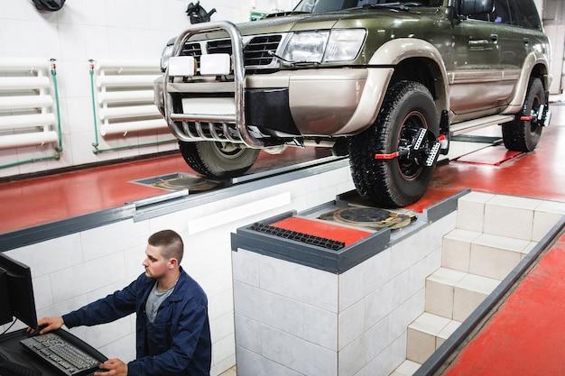 Suv unterzieht sich der automatischen radausrichtung in der garage