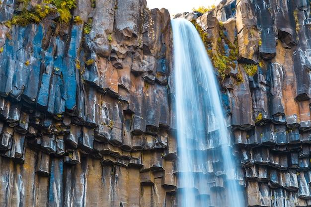 Svartifoss wasserfall, detail des oberen teils des schönsten wasserfalls in südisland