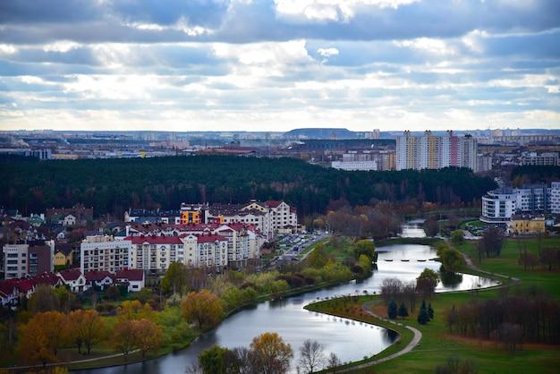 Svisloch-flusslandschaft fließt in die europäische stadt von minsk in weißrussland