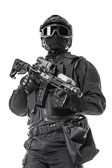 Swat betreiber mit gewehr