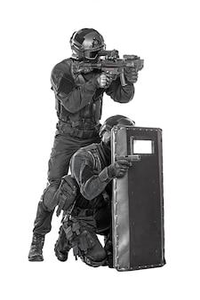 Swat-offizier mit ballistischem schild