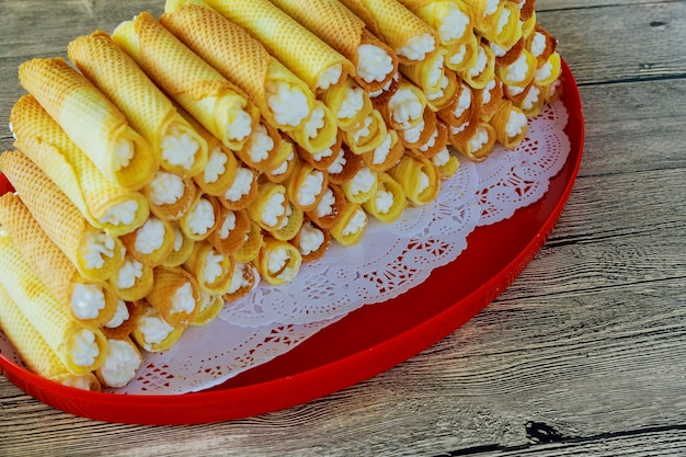 Sweet bakery food puff roll mit sahne