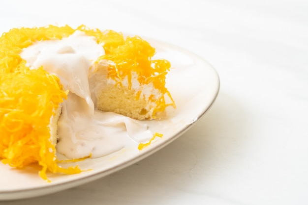 Sweet egg-serpentine cake oder gold egg yolk thread cakes