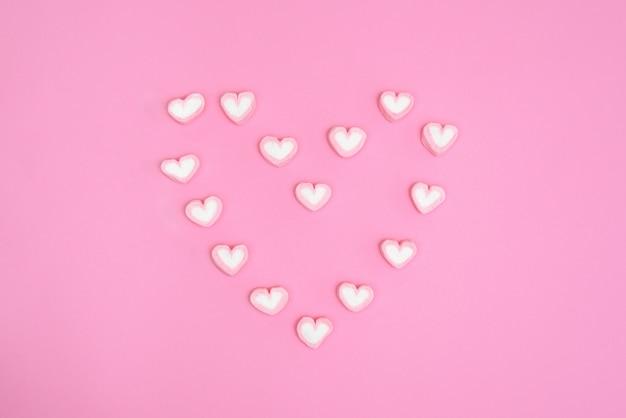 Sweet heart candy minimal style süßes herz süßigkeiten auf rosa backg
