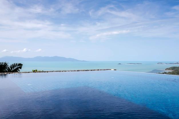 Swimmingpool-ansicht über berg mit wolken und blauem himmel
