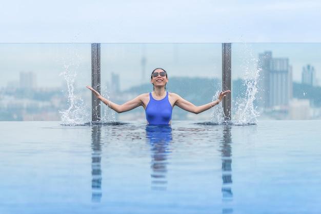 Swimmingpool auf dachspitze mit schöner stadt- und seeansicht, asiatischer reise und ferien