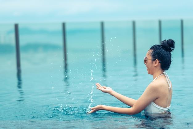 Swimmingpool auf die dachoberseite mit schöner stadtansicht, pattaya, thailand