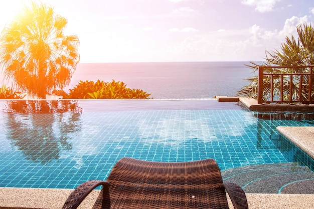 Swimmingpool, der blaue seeansicht und hintergrund des blauen himmels betrachtet