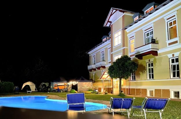 Swimmingpool einer großen villa in den bergen