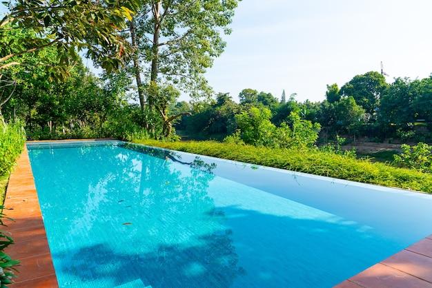 Swimmingpool im garten mit flussblick
