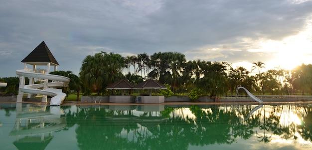 Swimmingpool im tropischen erholungsort