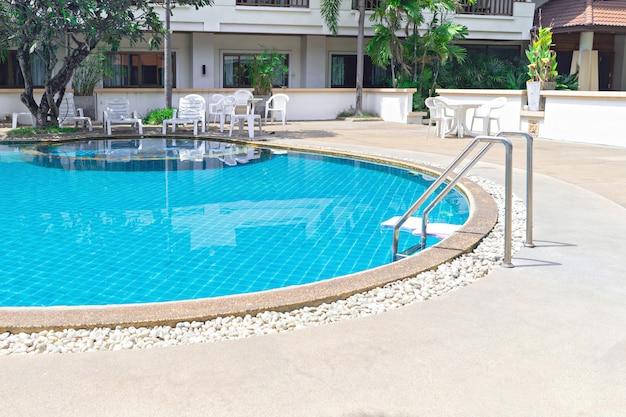 Swimmingpool mit haltegriffleiter