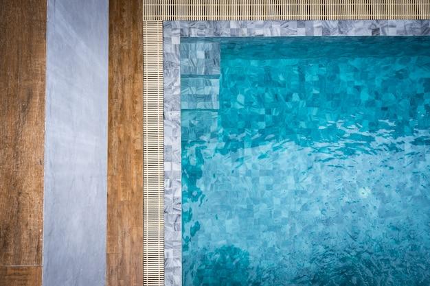 Swimmingpool mit schatten des kokosnussbaums.