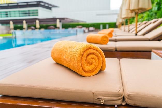 Swimmingpool mit sitzen entspannen.