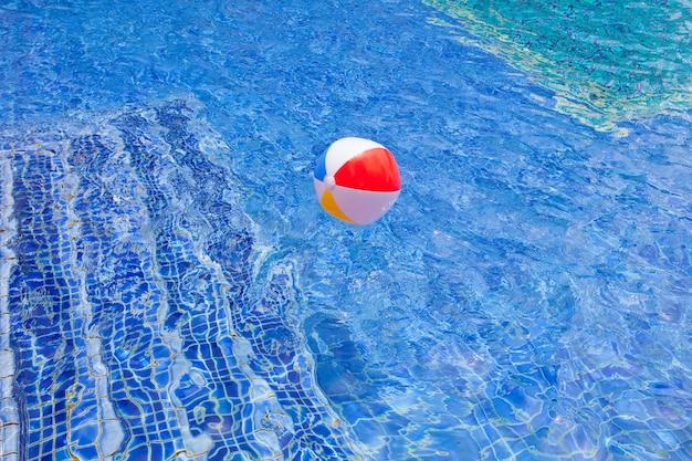 Swimmingpoolhintergrund für auszug und sommer