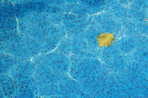 Swimmingpoolhintergrund von der draufsicht, kräuselungswasser