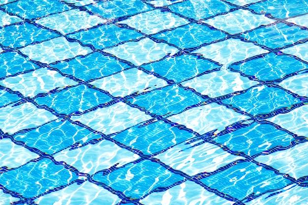 Swimmingpoolwassersonnen-reflexionshintergrund. sommer hintergrund. textur der wasseroberfläche.