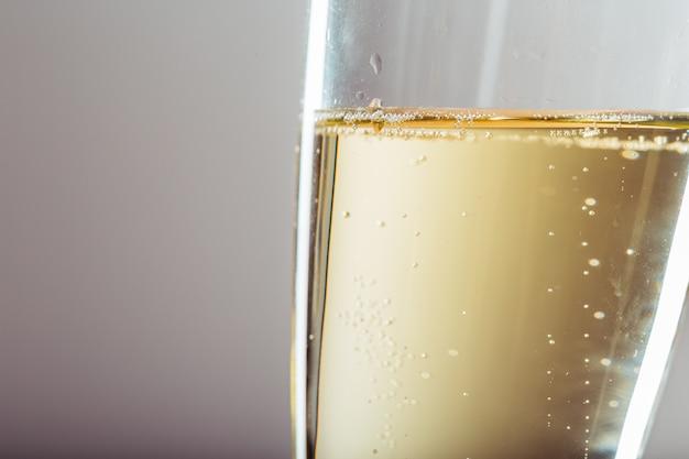 Sylvesterabend-feierhintergrund mit champagner