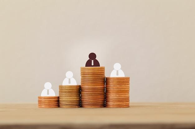 Symbol der kreativität, kreative idee, großes geschäftserfolgskonzept: geschäftsmannsymbol auf steigenden münzen. zeigt, wie tycoon ziele erreicht. erstellen sie eine strategie für den finanziellen erfolg.