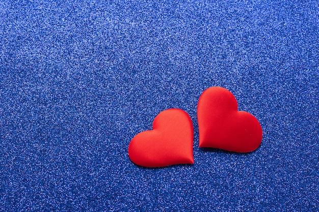 Symbol der liebe der zwei roten herzen. valentinstag konzept.