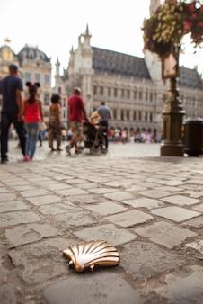 Symbol des camino de santiago, wie es mit einer menschenmenge durch burgos geht, brüssel, belgien