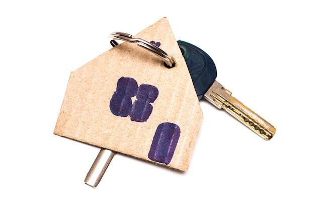 Symbol des hauses mit schlüssel auf weißem hintergrund isoliert.