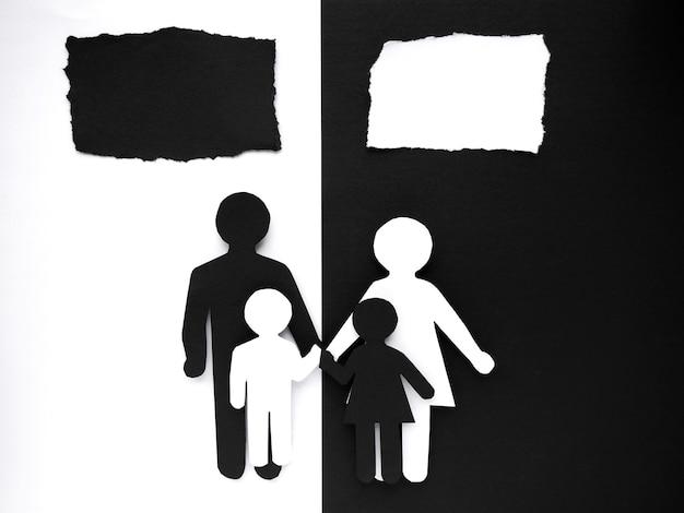 Symbol einer person und familie aus schwarzweiss-papier ausgeschnitten. gemischte ehe