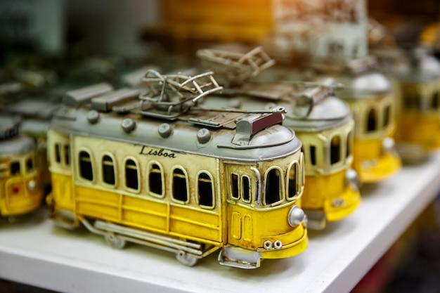 Symbol von lissabon, ein spielzeug der traditionellen gelben straßenbahn im souvenirladen