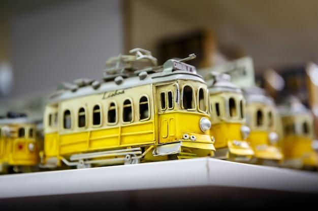 Symbol von lissabon, ein spielzeug der traditionellen gelben straßenbahn.