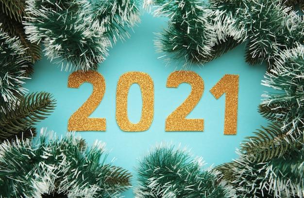 Symbol von nummer 2021 und weihnachtsdekoration auf blauem hölzernem hintergrund