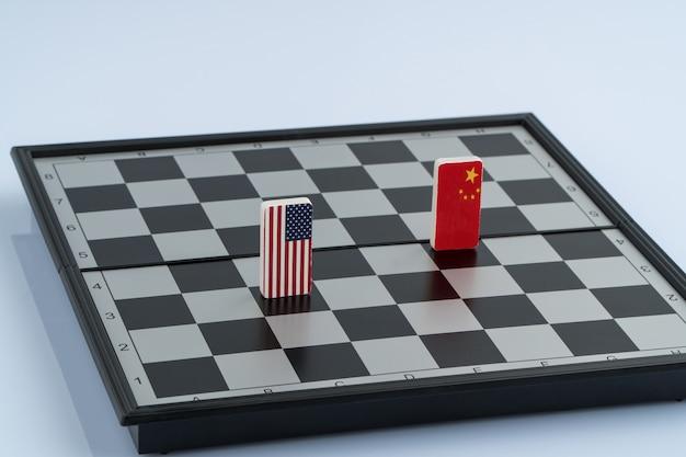 Symbole der flagge der usa und chinas auf dem schachbrett. das konzept des politischen spiels.